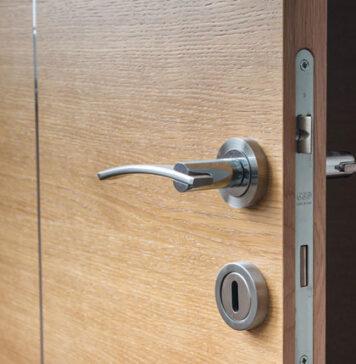 Dlaczego warto inwestować w drewniane drzwi